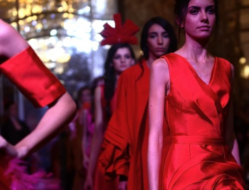 You Tanxi, créatrice chinoise, présente sa nouvelle collection lors du Sommet International de la Mode à l'hôtel Le Meurice, le 2 octobre